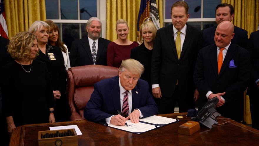 El presidente de EE.UU., Donald Trump, firma un documento en la Casa Blanca, 25 de noviembre de 2019. (Foto: AFP)