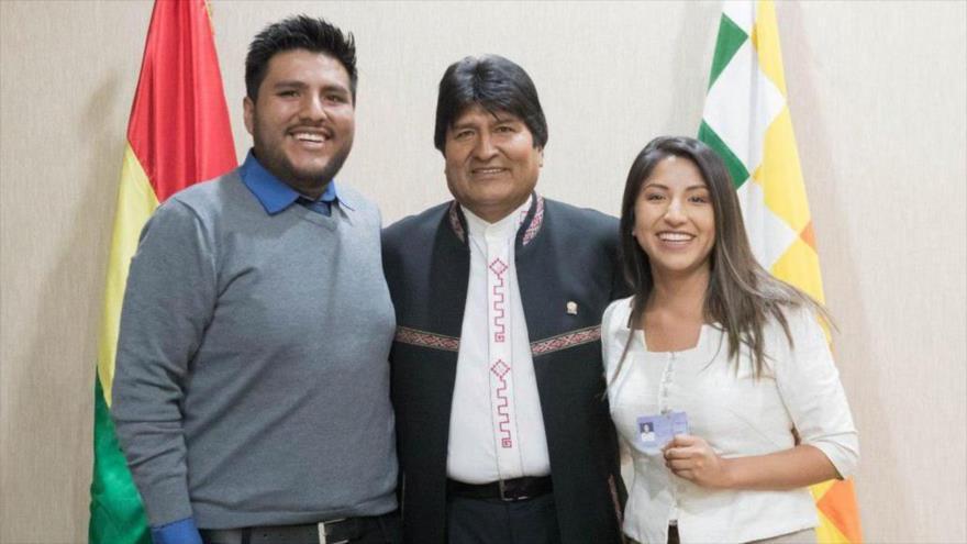 El presidente destituido de Bolivia, Evo Morales, y sus dos hijos, Evaliz y Álvaro.