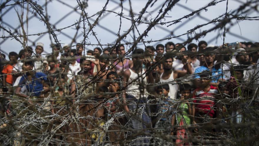 Refugiados Rohingya detrás de una cerca en un asentamiento temporal en una zona fronteriza de entre Myanmar y Bangladés, 25 de abril de 2018. (Foto: AFP)