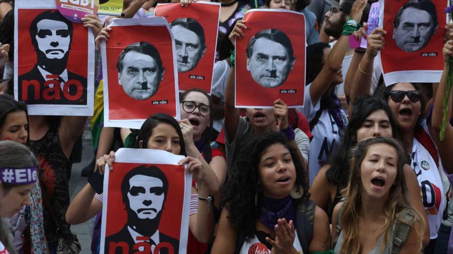 Miles de mujeres manifestan contra las políticas del presidente de Brasil, Jair Bolsonaro, 18 de octubre de 2018.