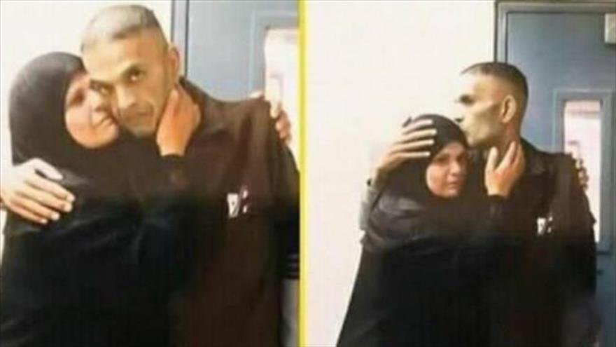 El preso palestino Sami Abu Diyak, junto a su madre.