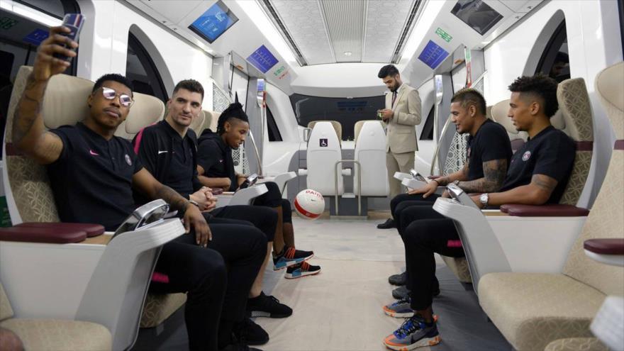 Jugadores del club París Saint-Germain (PSG), entre los que se encuentra Marcos Aoas Correa 'Marquinhos' (dcha.), en un avión que se dirige a Catar.