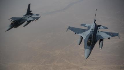 Cazas iraquíes atacan vehículos e instalaciones petroleras de Daesh