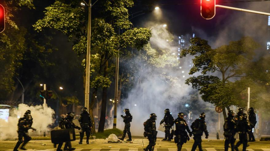 Agentes del Escuadrón móvil contra disturbios (ESMAD) se enfrentan con estudiantes universitarios en la ciudad de Medellín, 21 de noviembre de 2019.