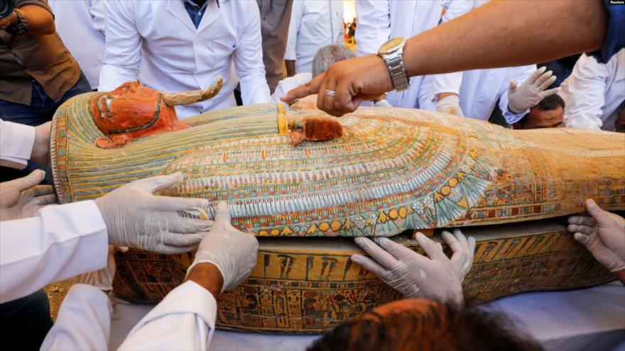 Uno de los sarcófagos de 3500 años de antigüedad hallados en una necrópolis de Egipto.