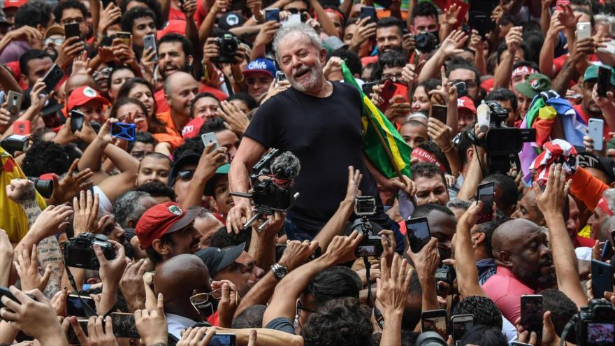 El expresidente brasileño Luiz Inácio Lula da Silva (2003-2010) saluda a sus simpatizantes en Sao Paulo, Brasil, 9 de noviembre de 2019. (Foto: AFP)