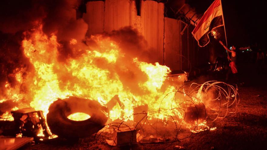 Manifestantes iraquíes incendian el consulado de Irán en la ciudad sagrada de Nayaf, 27 de noviembre de 2019. (Foto: AFP)