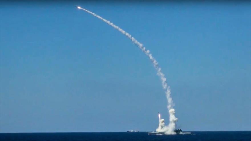 Un misil de crucero Kalibr lanzado desde un buque ruso en el mar Mediterráneo, se dirige hacia las posiciones terroristas en Siria.