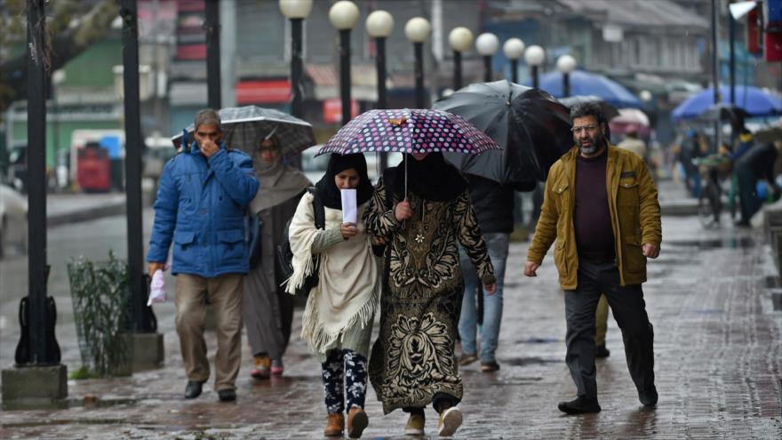 Peatones caminan en Srinagar, principal ciudad de la Cachemira administrada por La India, 22 de noviembre de 2019. (Foto: AFP)