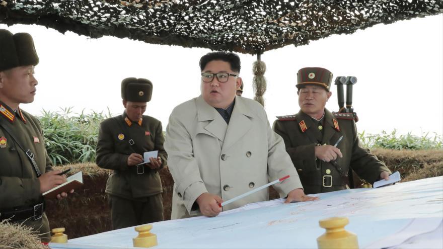 El líder norcoreano, Kim Jong-un, en su visita a un destacamento militar en la isla Changri, 25 de noviembre de 2019. (Foto: AFP)