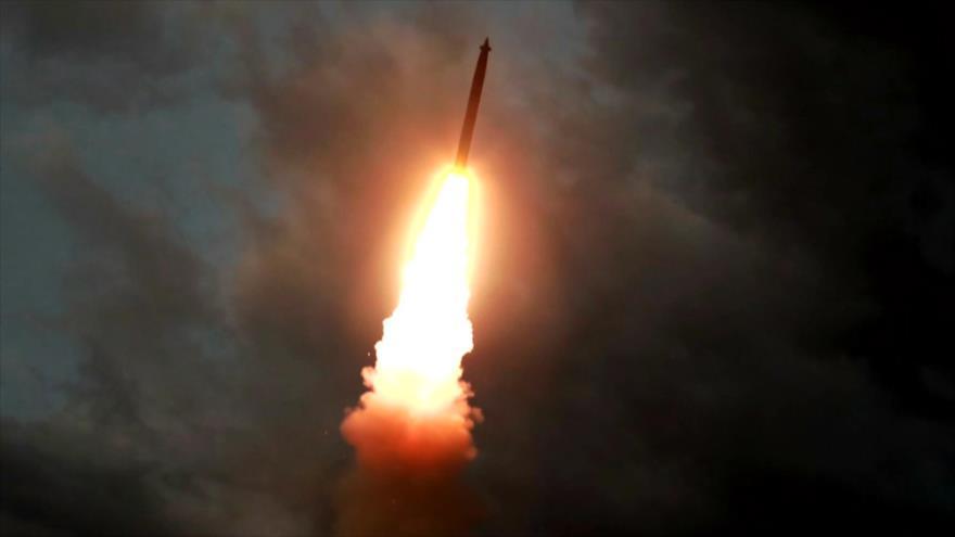 Un misil lanzado desde una ubicación desconocida en Corea del Norte, 31 de julio de 2019. (Foto: AFP)