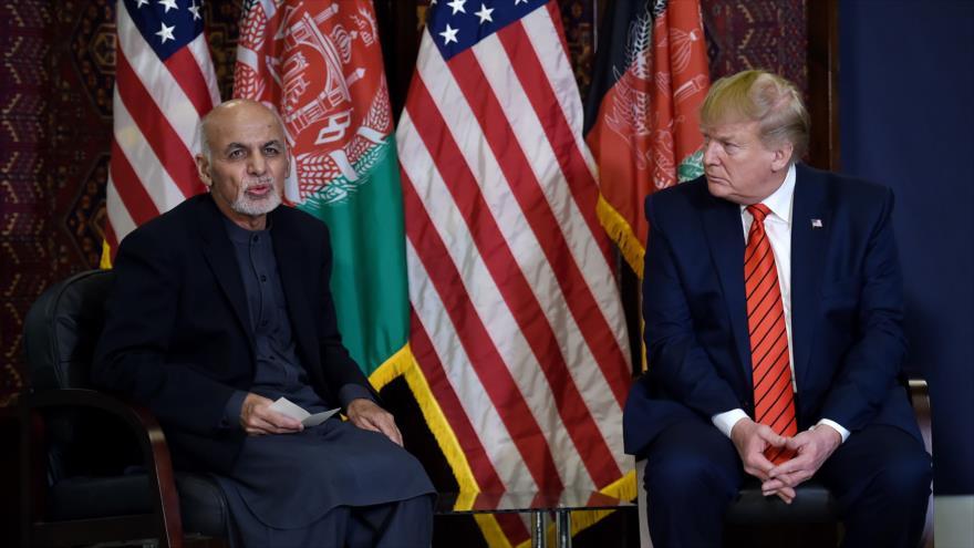 El presidente de EE.UU., Donald Trump (dcha.), junto a su par afgano, Ashraf Ghani, en una visita sorpresa, 28 de noviembre de 2019, Afganistán. (Foto: AFP)