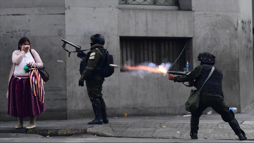 Policía boliviana dispara gases lacrimógenos contra manifestantes.