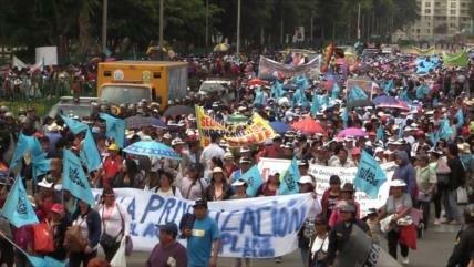 Ciudadanos peruanos marchan en defensa del agua