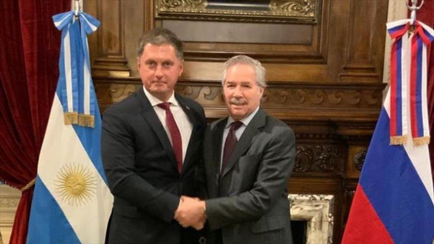 El embajador de Rusia en Argentina, Dmitry Feoktistov, en un encuentro con el diputado argentino, Felipe Solá (drcha.), 27 de noviembre de 2019.