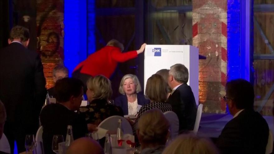 Vídeo: Angela Merkel se cae durante un evento en Berlín