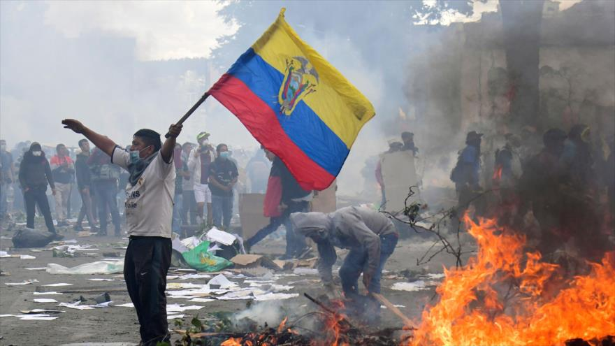 Un ecuatoriano porta una bandera nacional durante las protestas en Quito, Ecuador, 12 de octubre de 2019. (Foto: AFP)