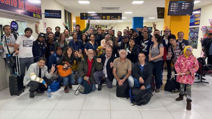 Delegación de activistas argentinos a su llegada al aeropuerto de Santa Cruz, Bolivia, 29 de noviembre de 2019.