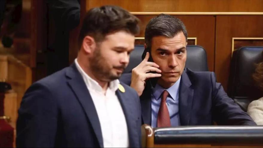 El presidente en funciones de España, Pedro Sánchez, mira al líder de Esquerra Republicana de Catalunya (ERC), Gabriel Rufián, en el Congreso.