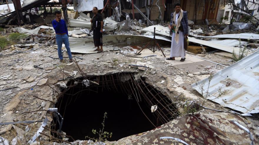 Yemeníes observan el lugar del impacto de una bomba lanzada por los aviones de Arabia Saudí en la capital de Yemen, Saná, el 8 de octubre de 2019. (Foto: AFP)