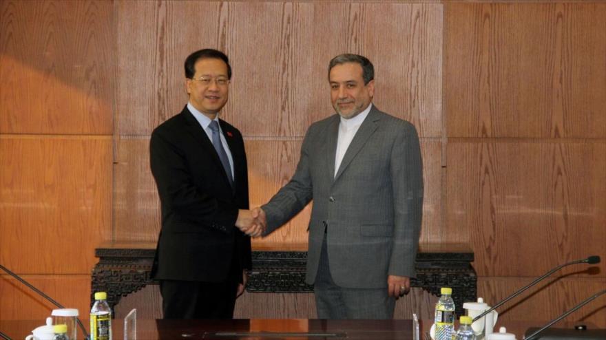 El vicecanciller iraní para Asuntos Políticos, Seyed Abás Araqchi (dcha.) se reúne con su par chino, Ma Zhaoxu, Pekín, 1 de diciembre de 2019. (Foto: IRNA)