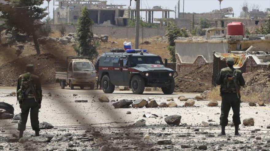 Un coche blindado de la Policía Militar de Rusia patrulla en las regiones norteñas de Siria.