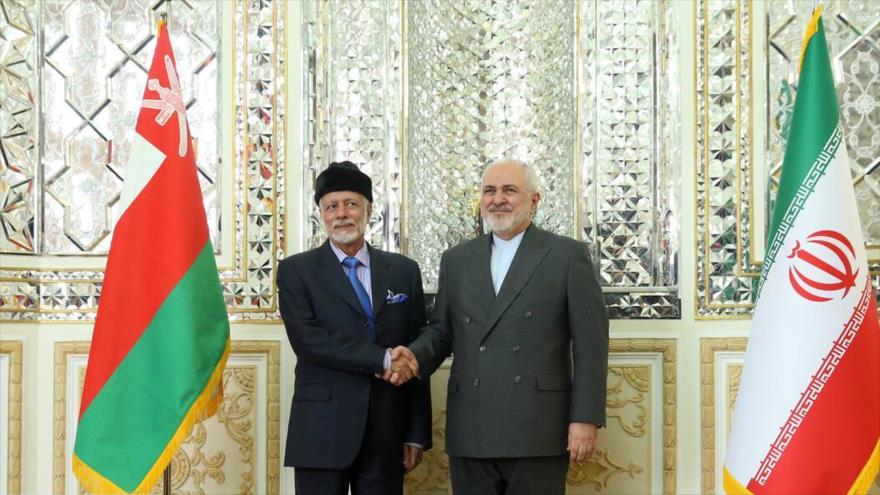 El canciller iraní, Mohamad Yavad Zarif, (dcha.) recibe a su par omaní, Yusuf bin Alawi binAbdulá, Teherán, 2 de diciembre de 2019. (Foto: IRNA)