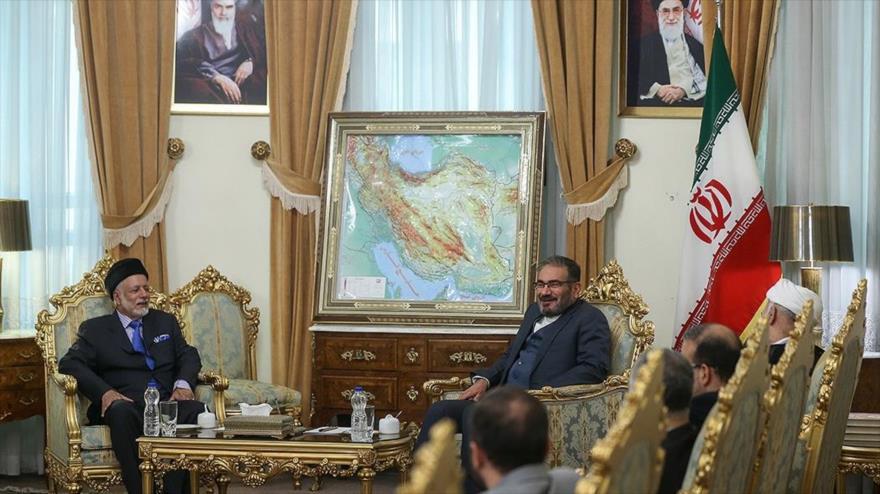 El secretario del Consejo de Seguridad de Irán, Ali Shamjani, reunido con el canciller omaní, Yusuf bin Alawi bin Abdulá, 2 de diciembre de 2019.