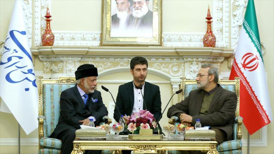 El presidente del Parlamento iraní, Ali Lariyani (dcha.), y el canciller omaní, Yusuf bin Alawi bin Abdulá, en Teherán, 2 de diciembre de 2019. (Foto: Icana)