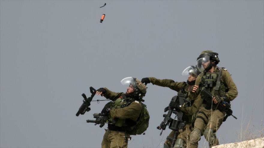 Fuerzas israelíes lanzan gases lacrimógenos contra los manifestantes palestinos en la ocupada Cisjordania, 15 de noviembre de 2019. (Foto: AFP)