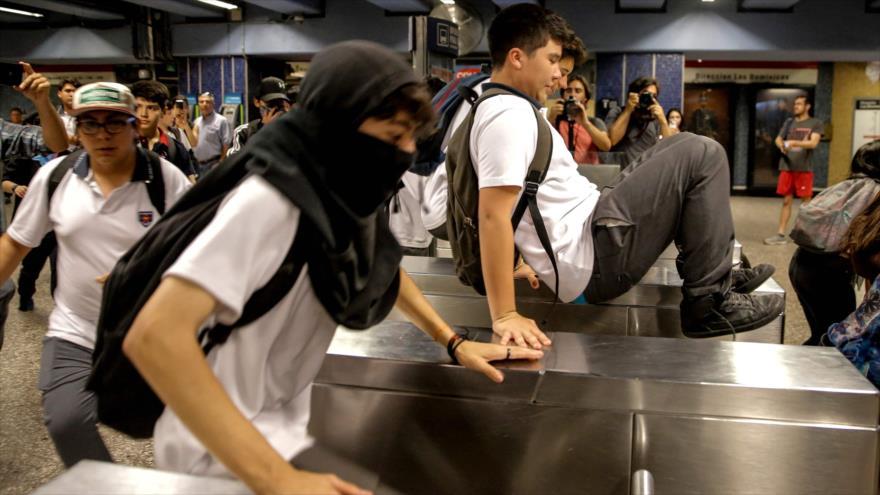 Chilenos en señal de protesta realizan nuevas evasiones en metro