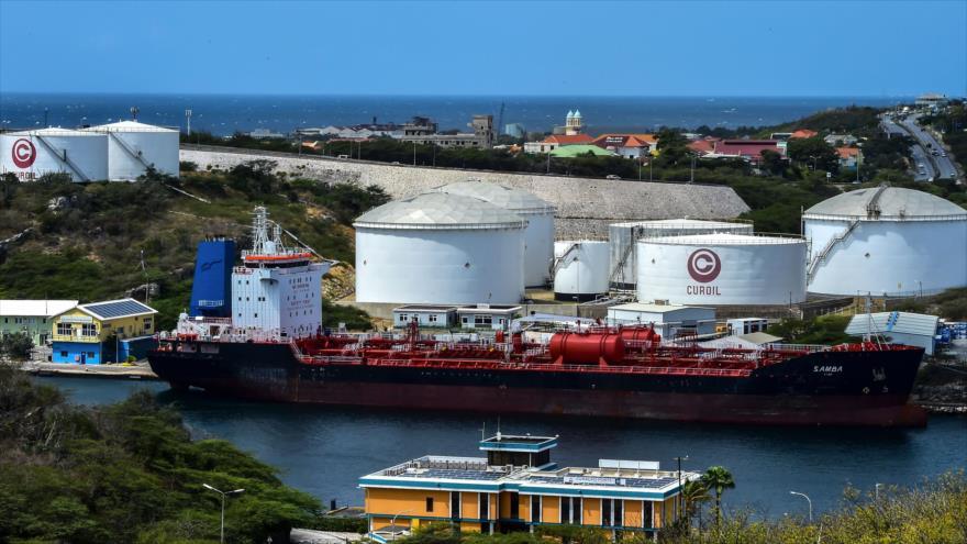 Un petrolero cerca de la refinería Isla, administrada por Petróleos de Venezuela (PDVSA), en Willemstad, en la isla de Curazao, 22 de febrero de 2019. (Foto: AFP)