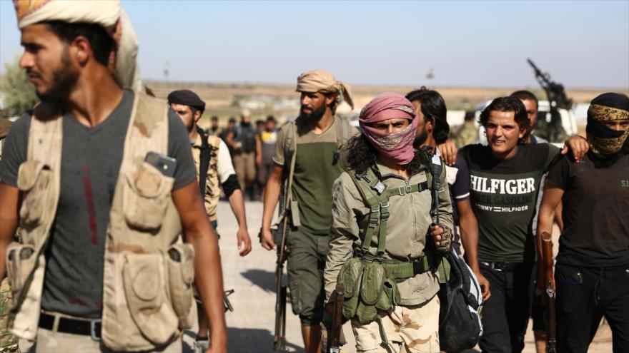 Integrantes de los grupos armados respaldados por Turquía desplegados cerca de la ciudad de Azaz, en el norte de la provincia siria de Alepo, 10 de octubre de 2019. (Foto: AFP)