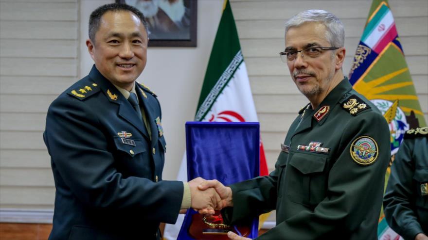 El jefe del Estado Mayor de las FF.AA. de Irán (dcha.) y el subjefe del Departamento del Estado Mayor Conjunto de la CMC de China, 3 de diciembre de 2019.