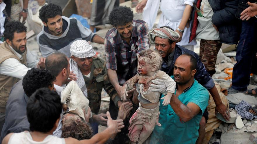 Civiles yemeníes sacan a niños de entre los escombros tras un ataque saudí contra Saná, 17 de agosto de 2017. (Foto: Al Jazeera)