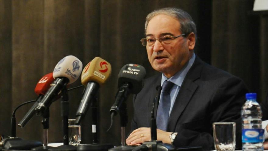 El vicecanciller sirio, Faisal al-Miqdad, habla en una rueda de prensa en Damasco, la capital.