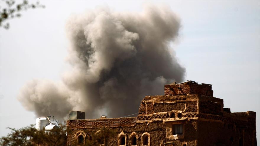 Columna de humo producida tras un ataque aéreo saudí contra Saná, capital yemení, 22 de enero de 2017. (Foto: AFP)