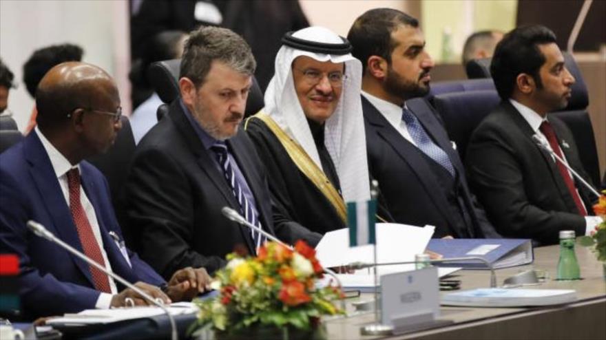 El ministro de energía saudí, el príncipe Abdulaziz bin Salman (c.), en la reunión de la OPEP en Viena, 5 de diciembre de 2019 (Foto: Bloomberg)