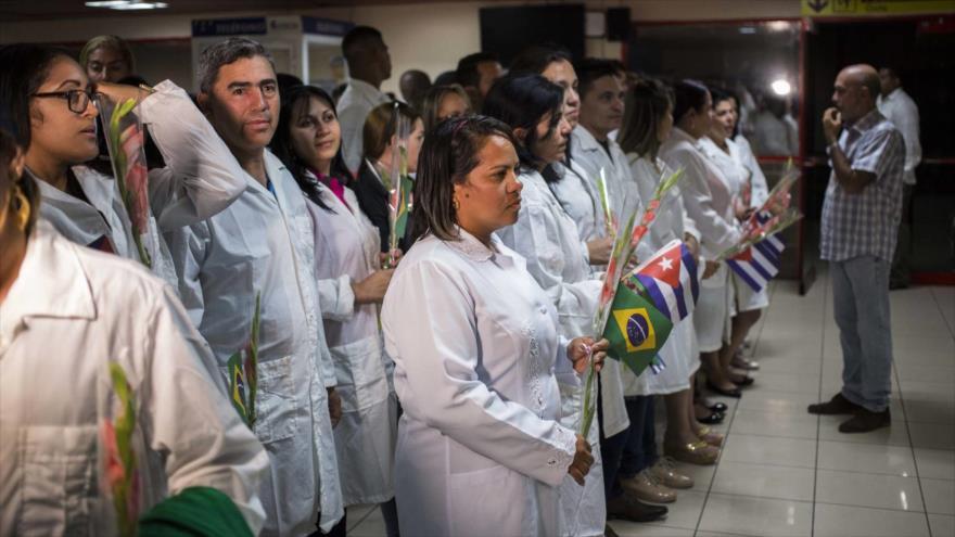 Médicos cubanos después de regresar de Brasil a La Habana, 23 de noviembre de 2018. (Foto: AP)