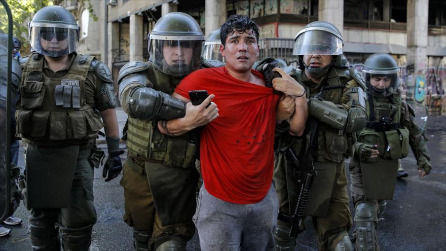 Policía antidisturbios arresta a un manifestante durante una protesta en Santiago, capital de Chile, 4 de diciembre de 2019. (Foto: AFP)