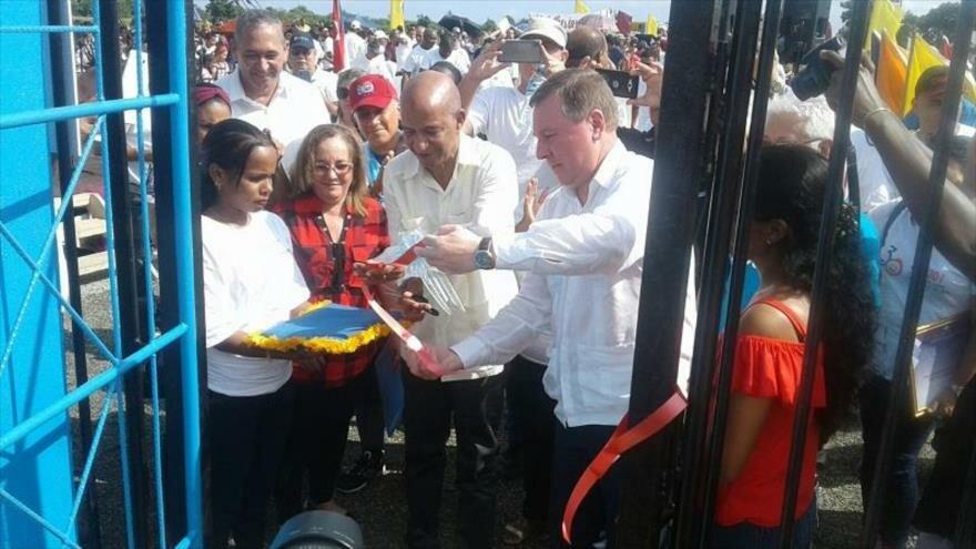 El embajador de Rusia en Cuba, Andréi Guskov, en la ceremonia oficial de inauguración de la planta desalinizadora en Cuba.