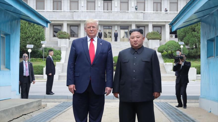 El presidente de EE.UU., Donald Trump (izq.), y el líder norcoreano, Kim Jong-un, en Panmunjom, 30 de junio de 2019, (Foto: AFP)