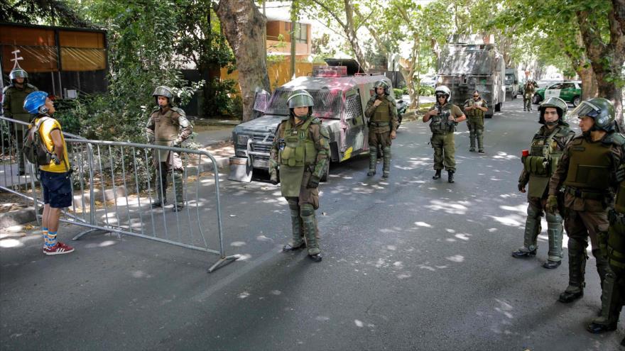 La policía de Chile cerca la casa del presidente chileno, Sebastián Piñera, en Santiago, la capital, 1 de diciembre de 2019. (Foto: AFP)