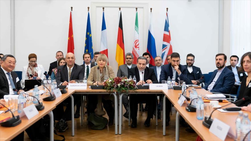 El vicecanciller iraní, Abás Araqchi (dcha.) durante una reunión de la Comisión del JCPOA en Viena (Austria), 6 de diciembre de 2019. (Foto: AFP)
