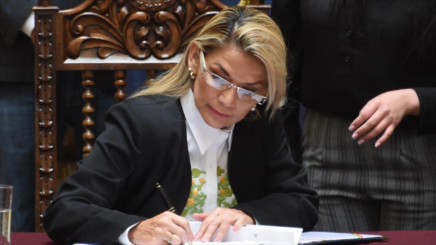 La autoproclamada presidenta interina de Bolivia promulga la ley para convocar nuevas elecciones generales, 24 de noviembre de 2019. (Foto: AFP)