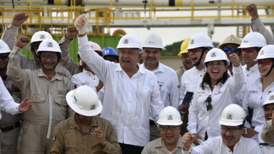 El presidente de México, Andrés Manuel López Obrador, junto a trabajadores de Pemex, en el nuevo pozo de la empresa mexicana, 6 de diciembre de 2019.