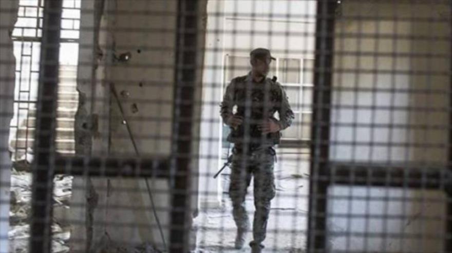Un militar saudí en la cárcel de Al-Hair, que se encuentra en el sur del reino árabe.