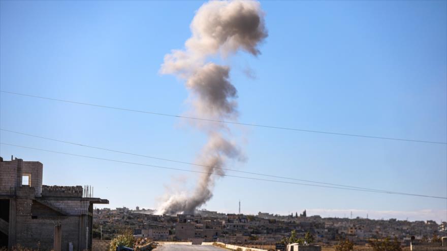 Una columna de humo en la ciudad de Kafr Ruma, en el sur de Idlib, en el noroeste de Siria, luego de un ataque aéreo, 3 de diciembre de 2019. (Foto: AFP)