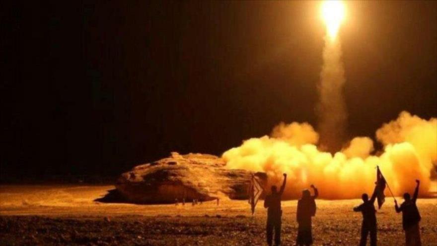 Fuerzas yemeníes lanzan un misil balístico en Saná, la capital, 25 de marzo de 2018. (Foto: AFP)