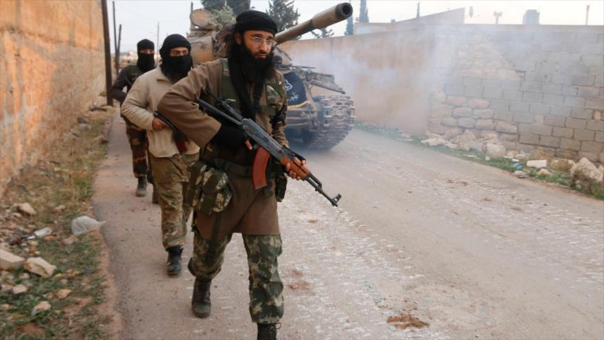 Terroristas del Frente Al-Nusra vistos cerca de la aldea de Al-Zahra, al norte de la ciudad siria de Alepo, 2014.